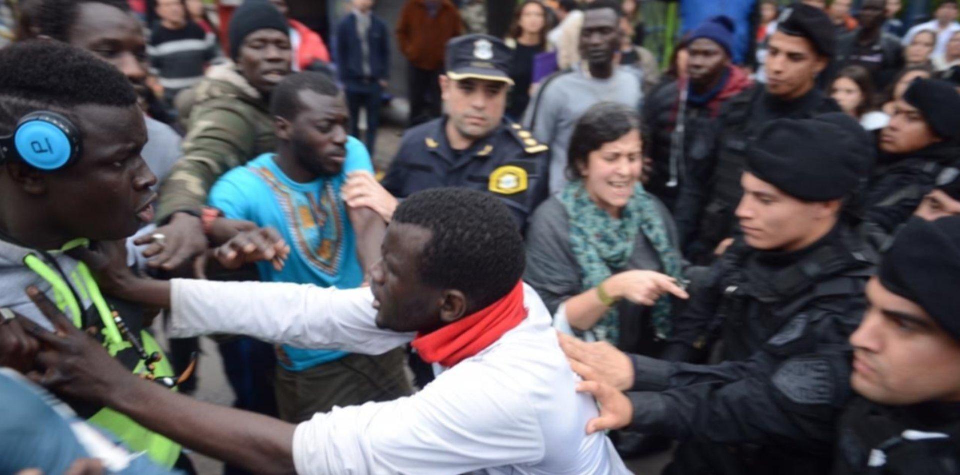 Empujones, gritos y tensión entre senegaleses y policías en pleno centro de La Plata