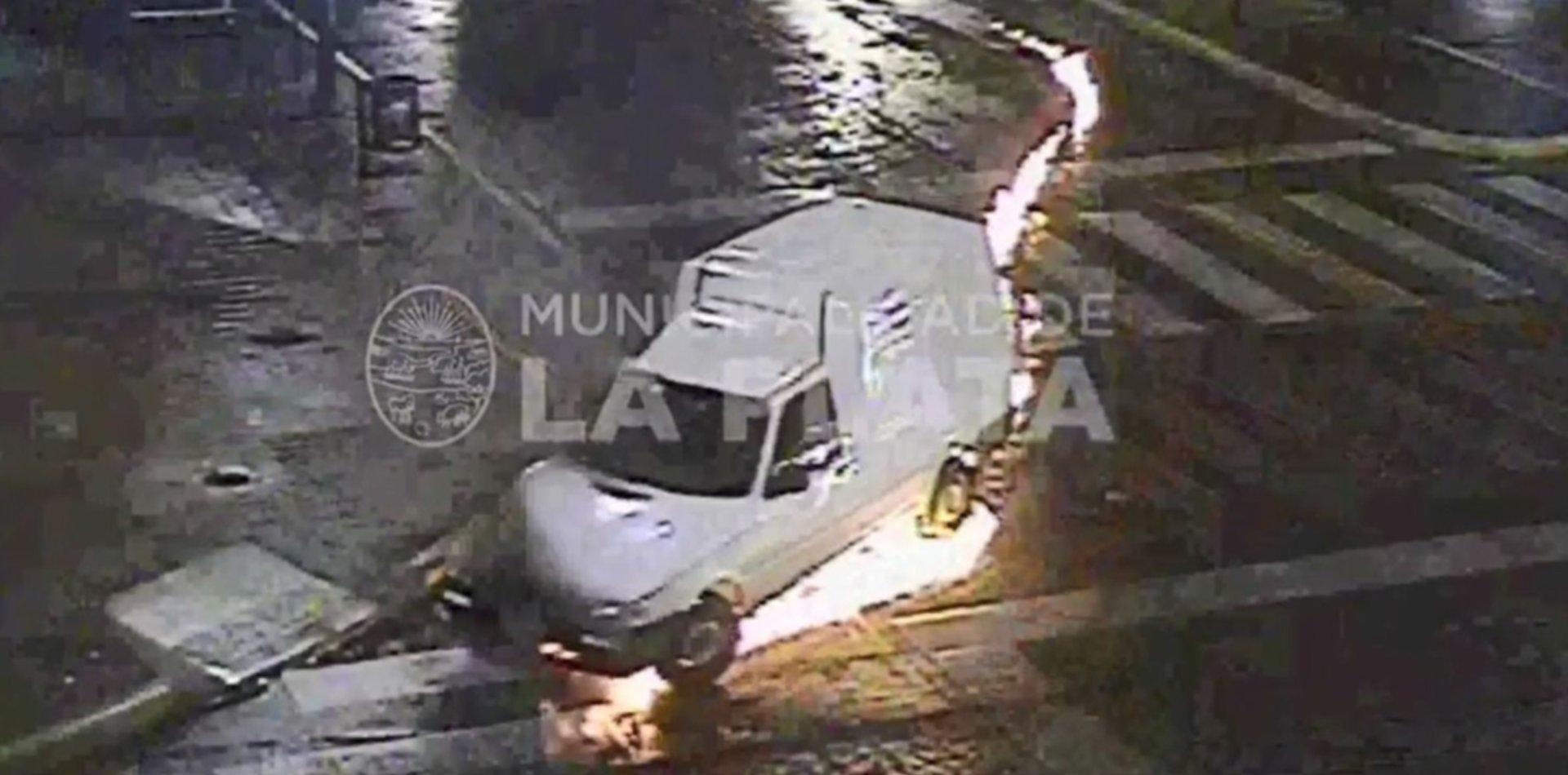 VIDEO: Susto por una camioneta que perdió combustible y se prendió fuego en plena calle