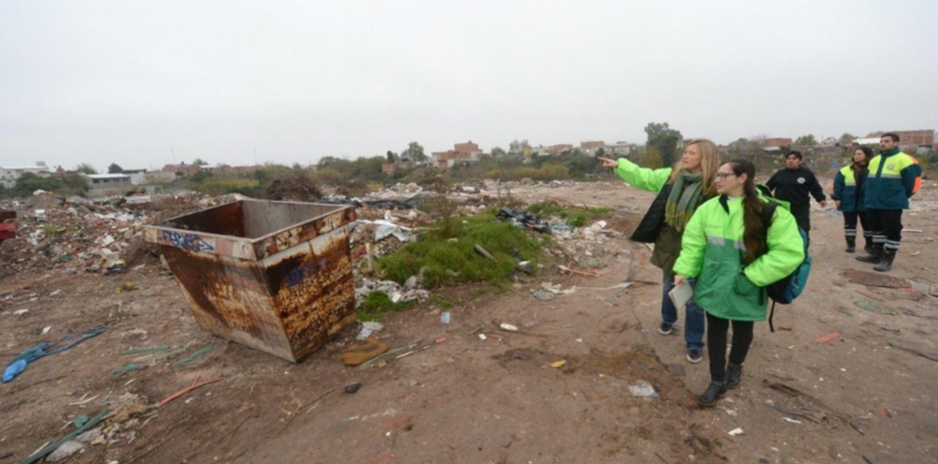 Desplegaron un megaoperativo para cerrar una cantera que funcionaba como basural en La Plata