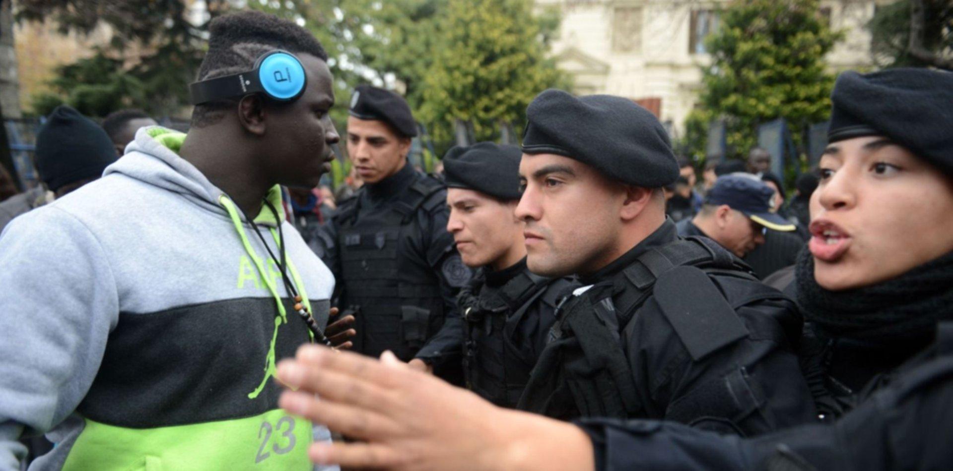 VIDEO: Así fue el cruce entre los manteros senegaleses y la Policía en pleno centro