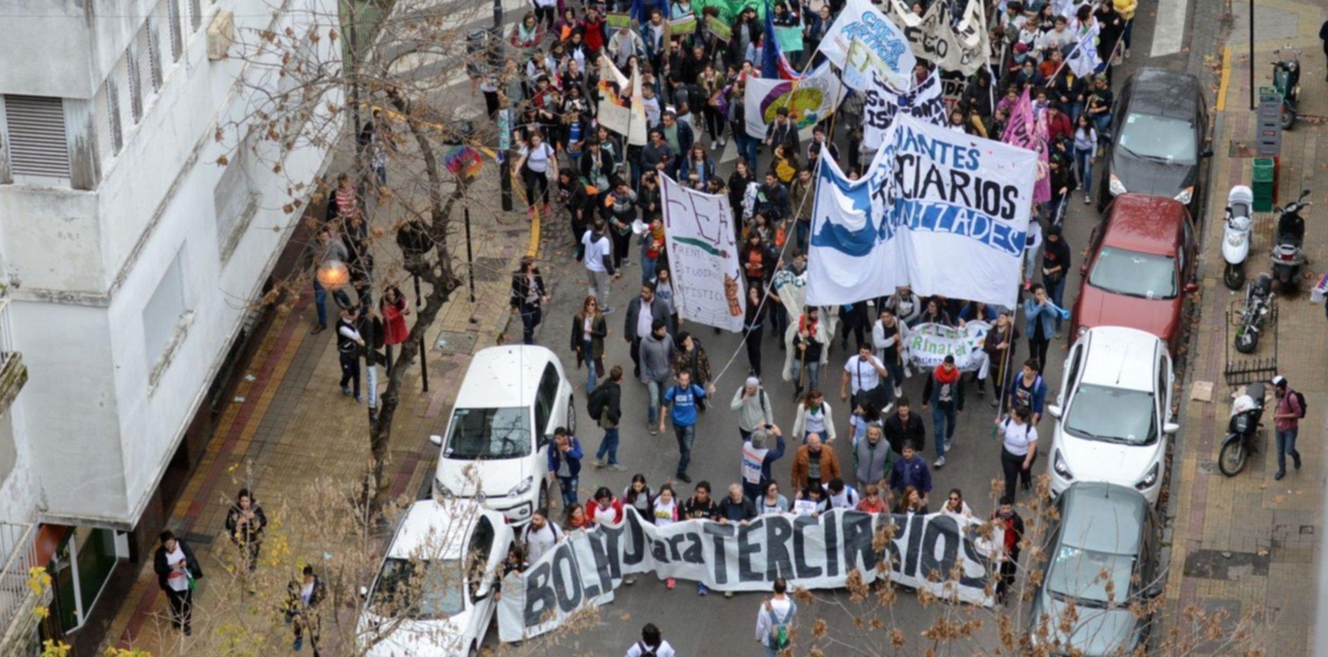 Terciarios, universitarios y docentes marcharon en el centro por el Boleto Estudiantil