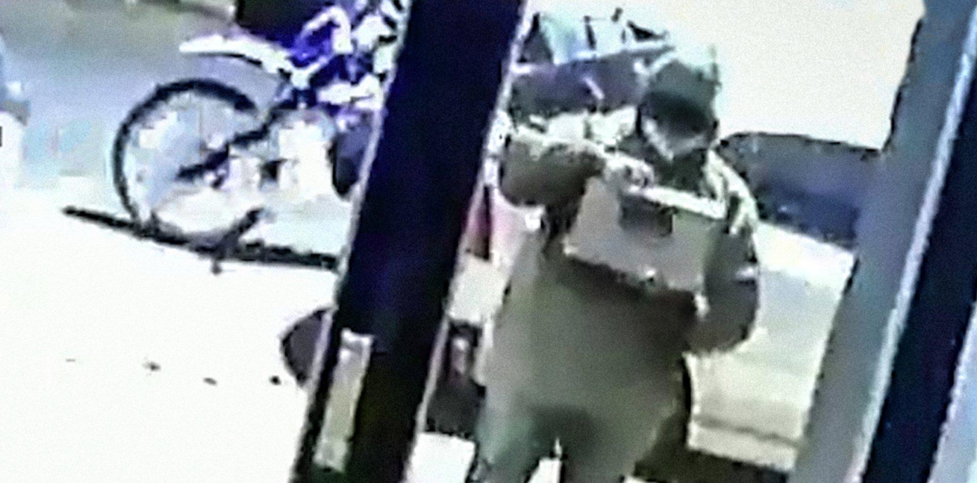VIDEO: Un repartidor en La Plata escupió un pedido de comida antes de entregarlo