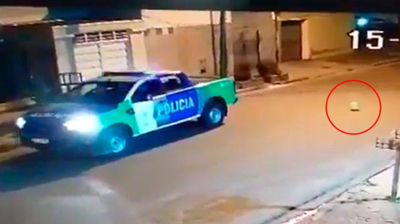 VIDEO: Un policía se puso a jugar con el patrullero en plena calle para pinchar un globo