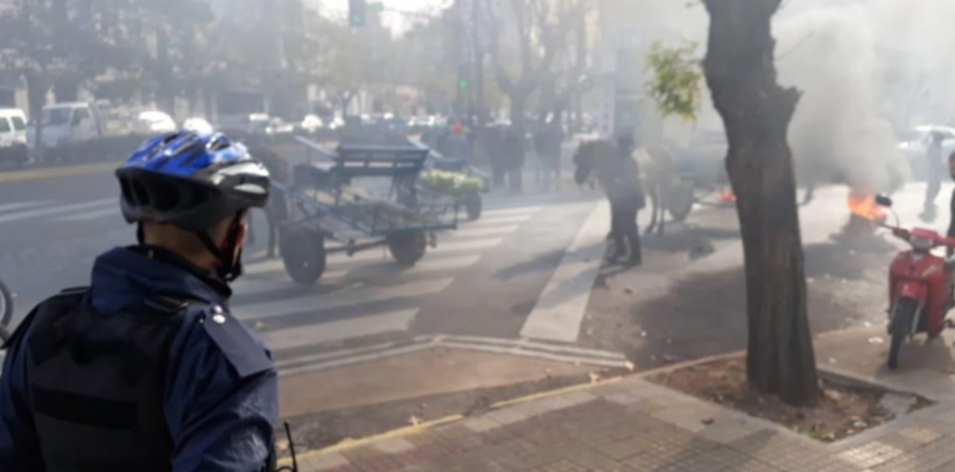 Incidentes y piedrazos en el Juzgado de Faltas de La Plata por el secuestro de una moto