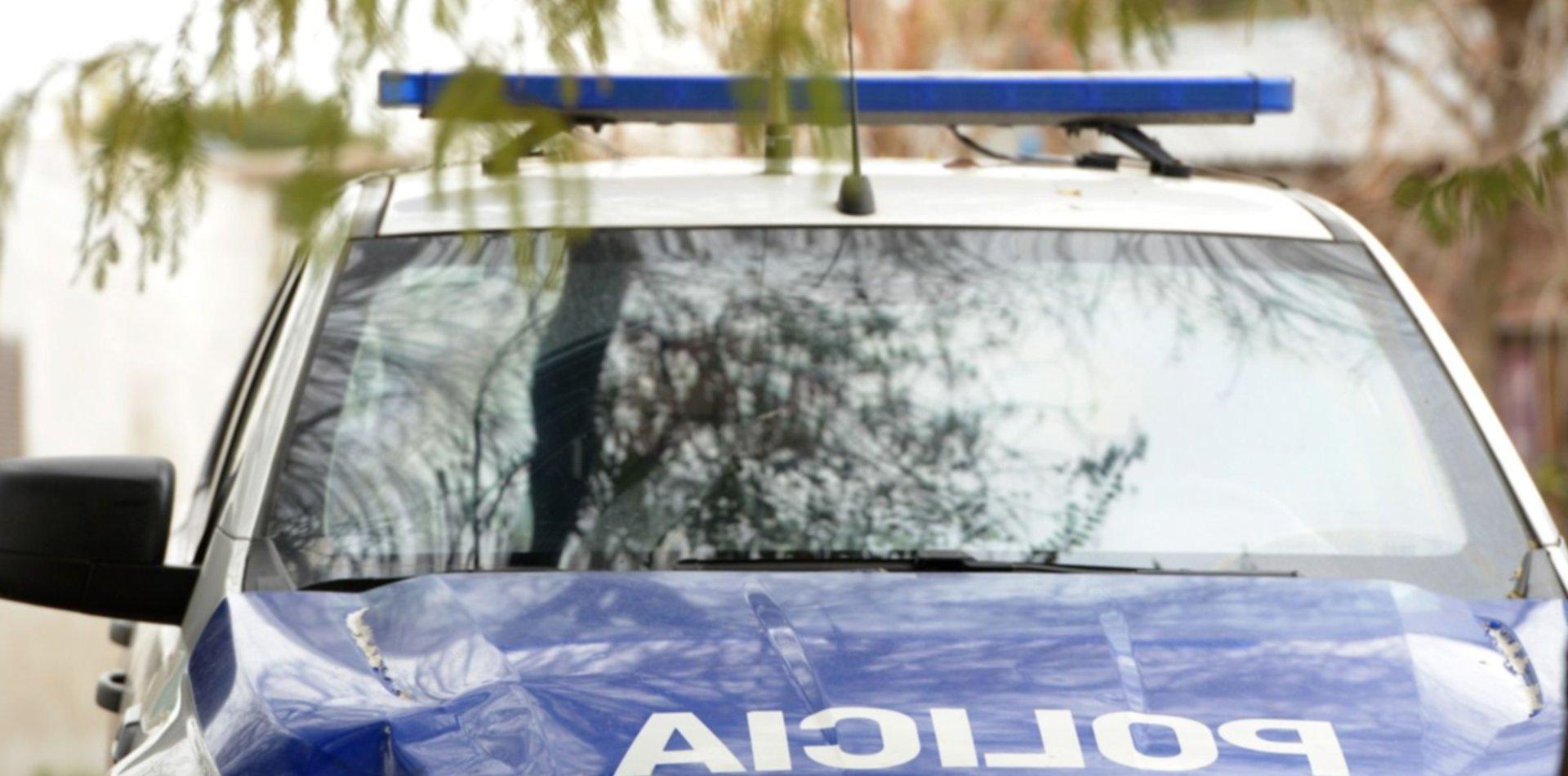 Detuvieron a un hombre por golpear e intentar prender fuego la casa con su mujer e hijos