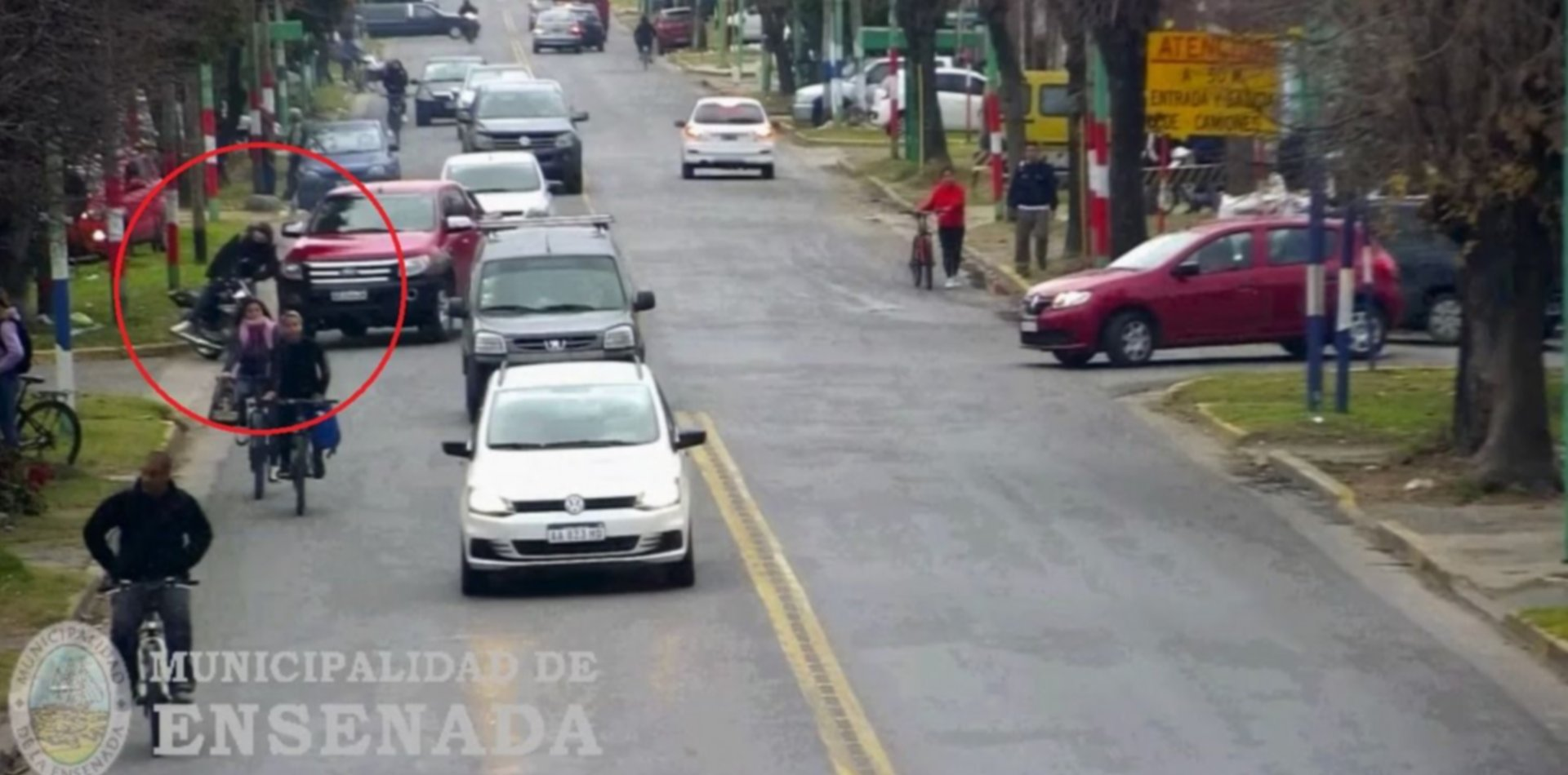 VIDEO: Un motociclista terminó en el hospital tras ser chocado por una camioneta