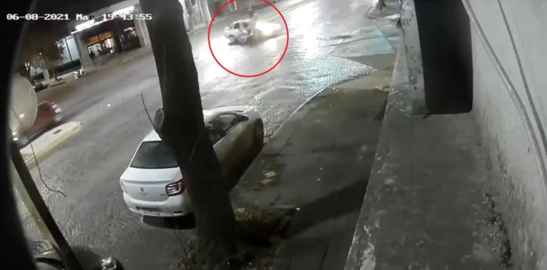 VIDEO: Un motociclista voló por los aires tras un impresionante accidente en La Plata