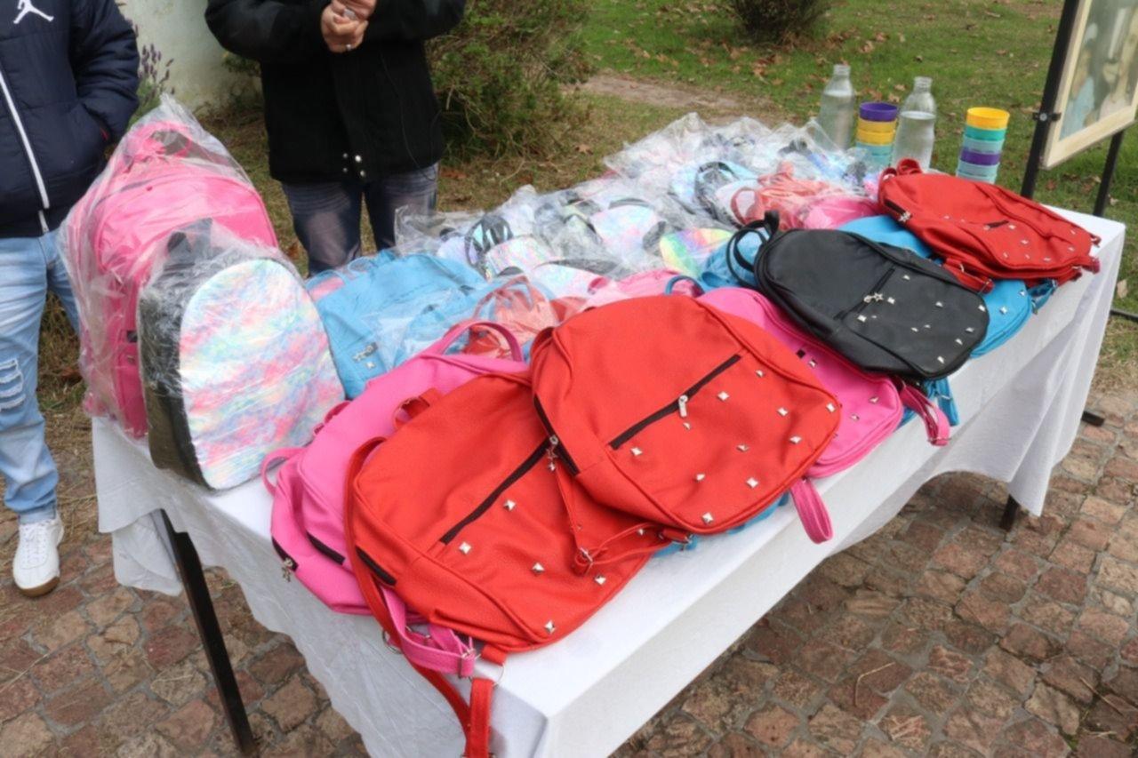 Presos de una cárcel de La Plata hicieron 40 mochilas para el Hogar del Padre Cajade