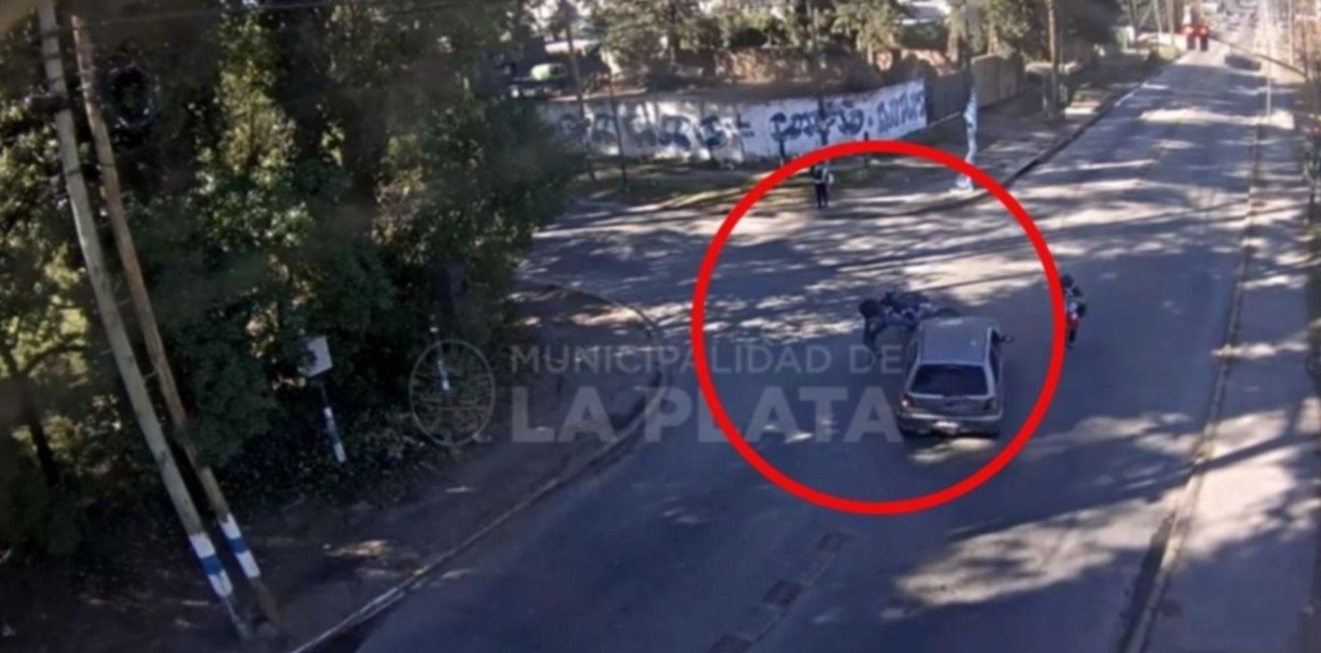 VIDEO: Chocó de frente contra un auto y terminó contra el asfalto en La Plata