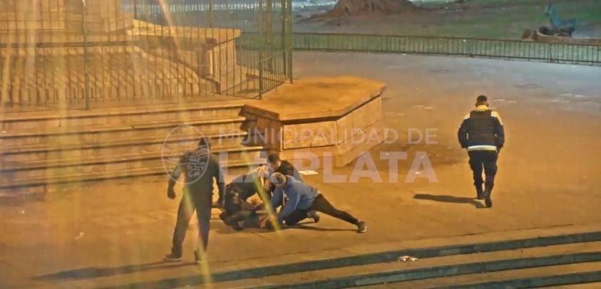 VIDEO: Lo perseguía la Policía, chocó a un taxi y casi lo linchan en Plaza Italia