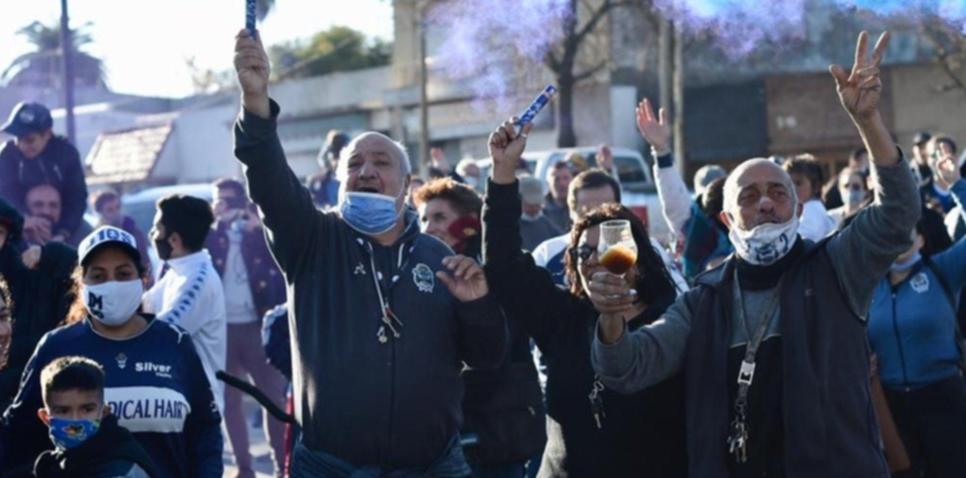 Hinchas de Gimnasia coparon el mural de Maradona para gritar el gol a los ingleses