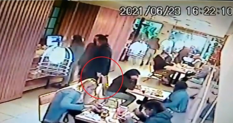 VIDEO: Merendaba en Flora y le robaron la cartera sin que nadie se diera cuenta
