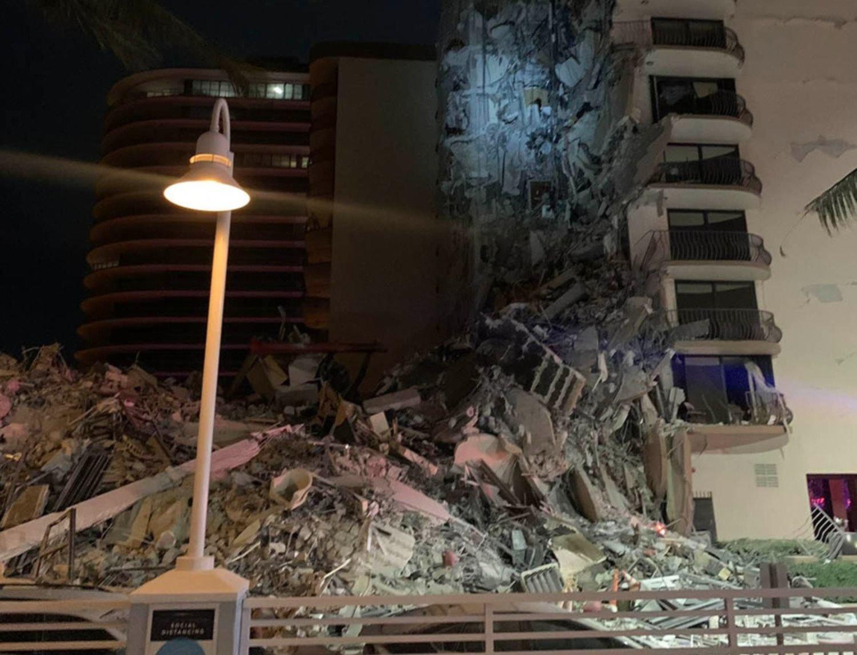 VIDEO: Se derrumbó un edificio en Miami mientras todos dormían y buscan sobrevivientes