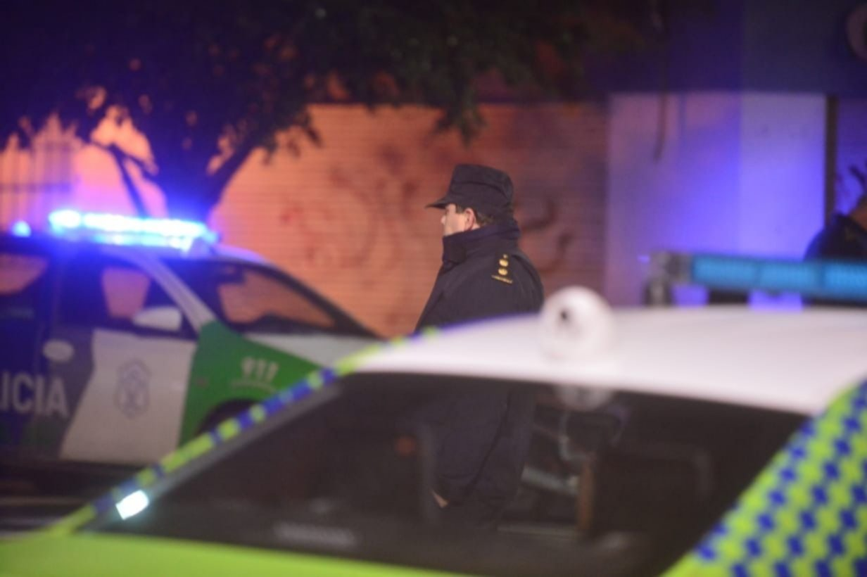 Ariete, gas pimienta y casa equivocada: ¿qué se sabe del papelón policial en La Plata?