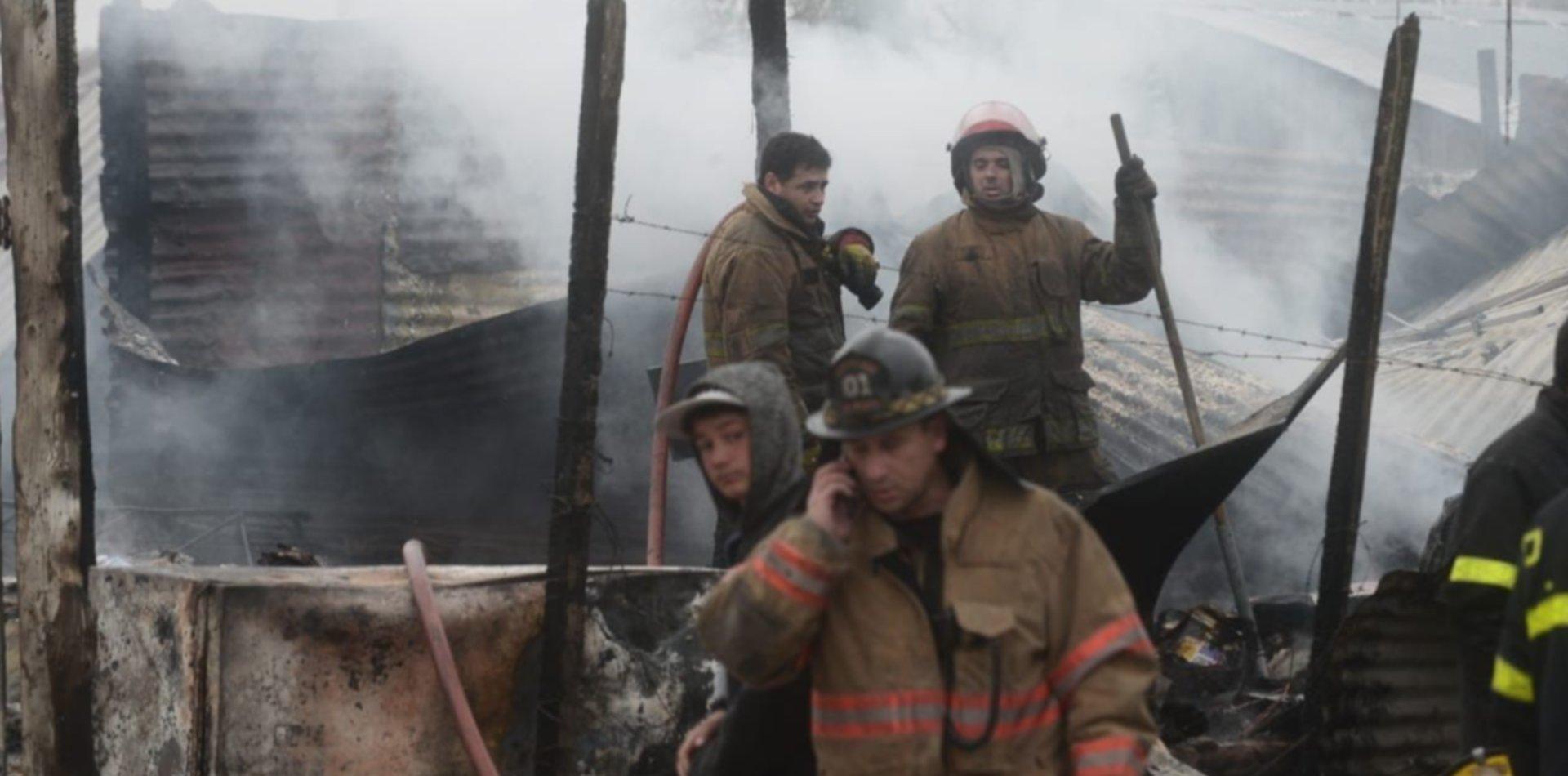 VIDEO: Se quemaron cinco casillas en Tolosa, un nene quedó atrapado en el fuego y murió
