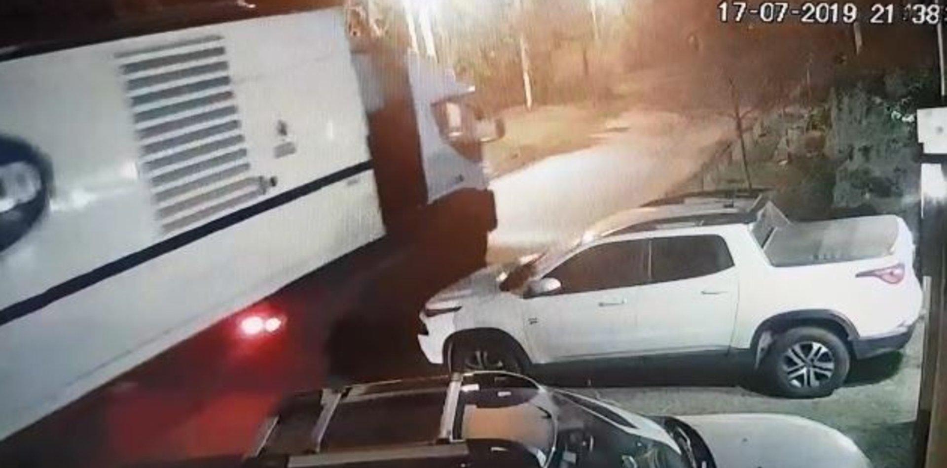 VIDEO: Un camión de Edelap enganchó un cable, tiró un poste y se fue como si nada