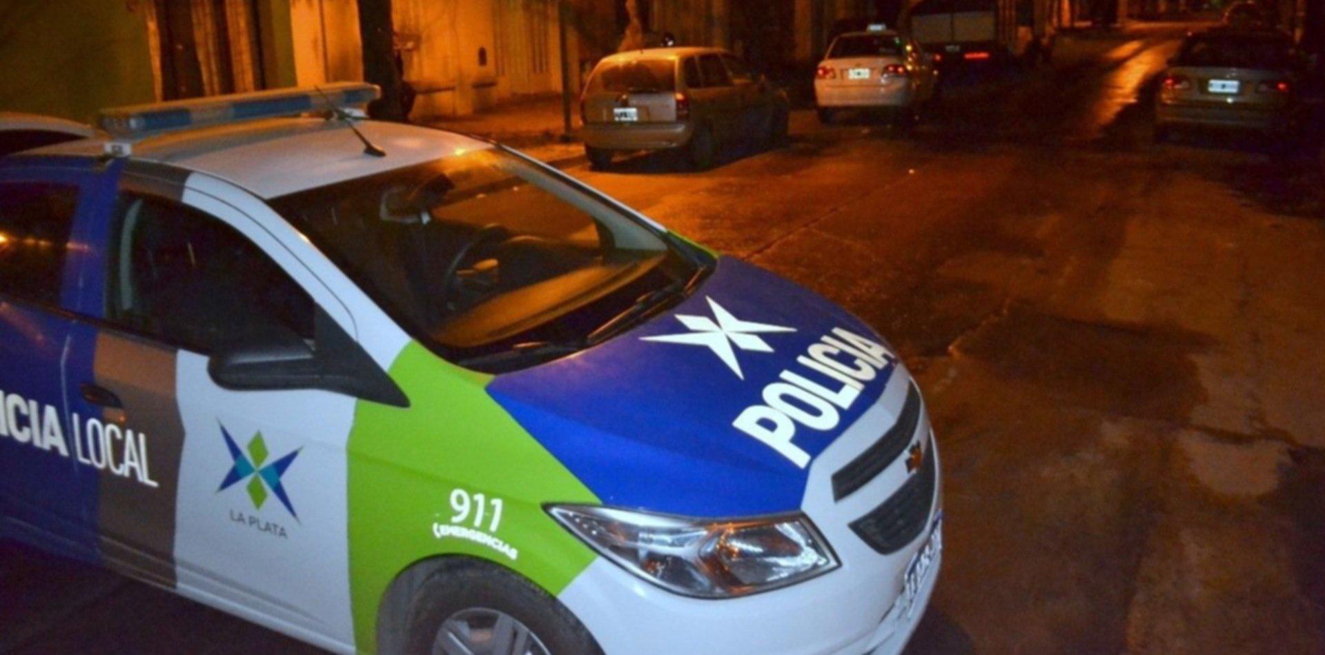 Raid en La Plata: le robaron el arma a un agente de Infantería y asaltaron al vecino