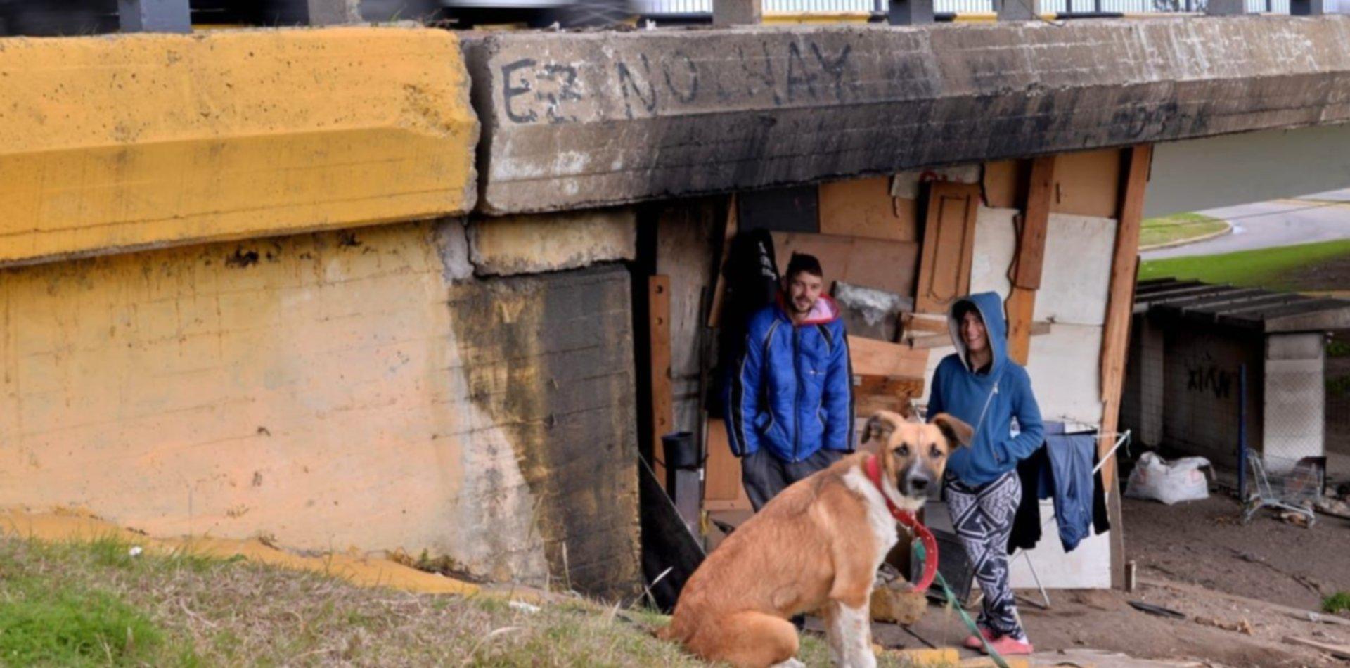 Viven abajo de un puente de La Plata en plena pandemia y piden ayuda para sobrevivir