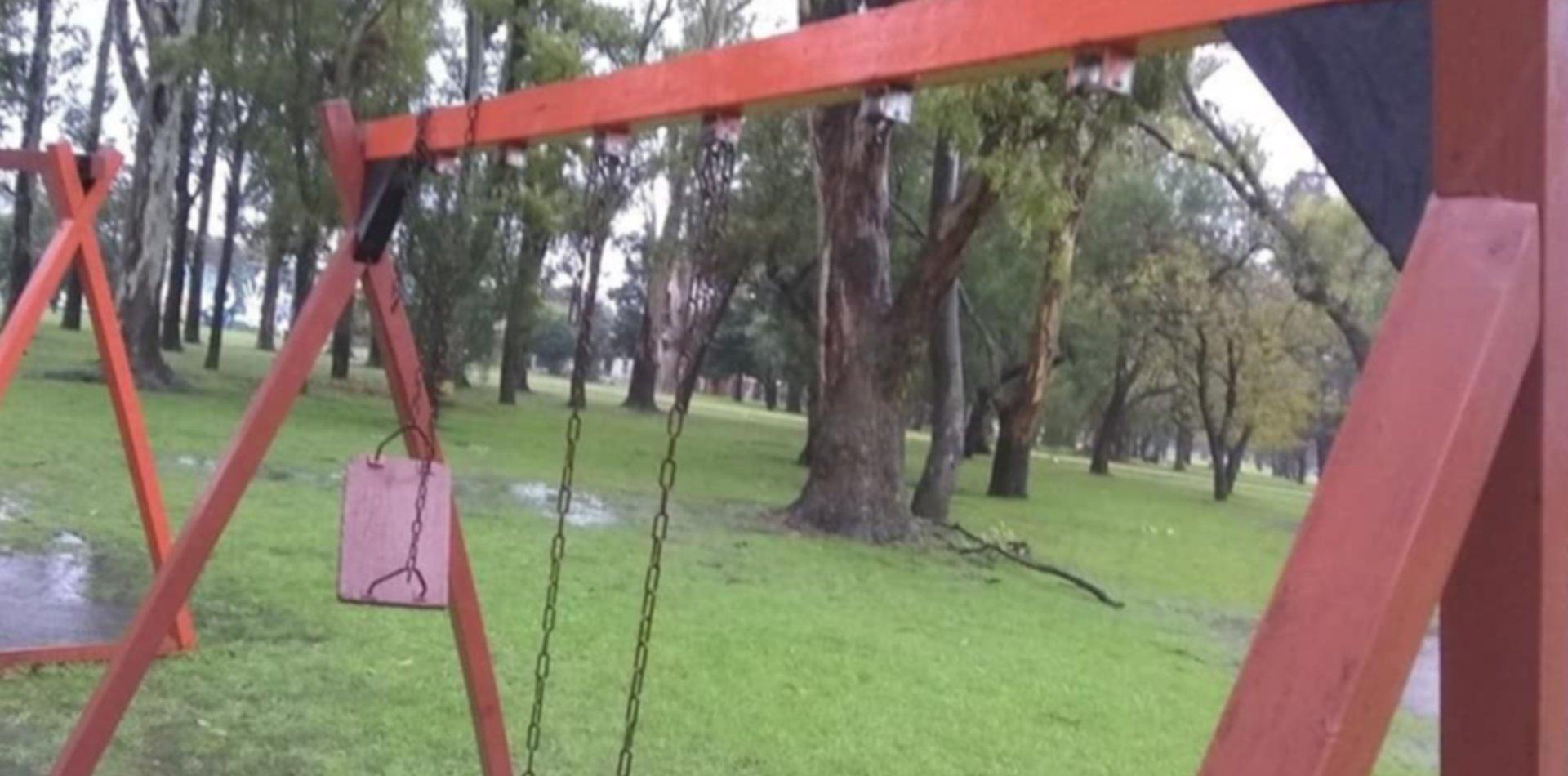 Aprovecharon la cuarentena y se robaron las hamacas y un tobogán de una plaza de La Plata