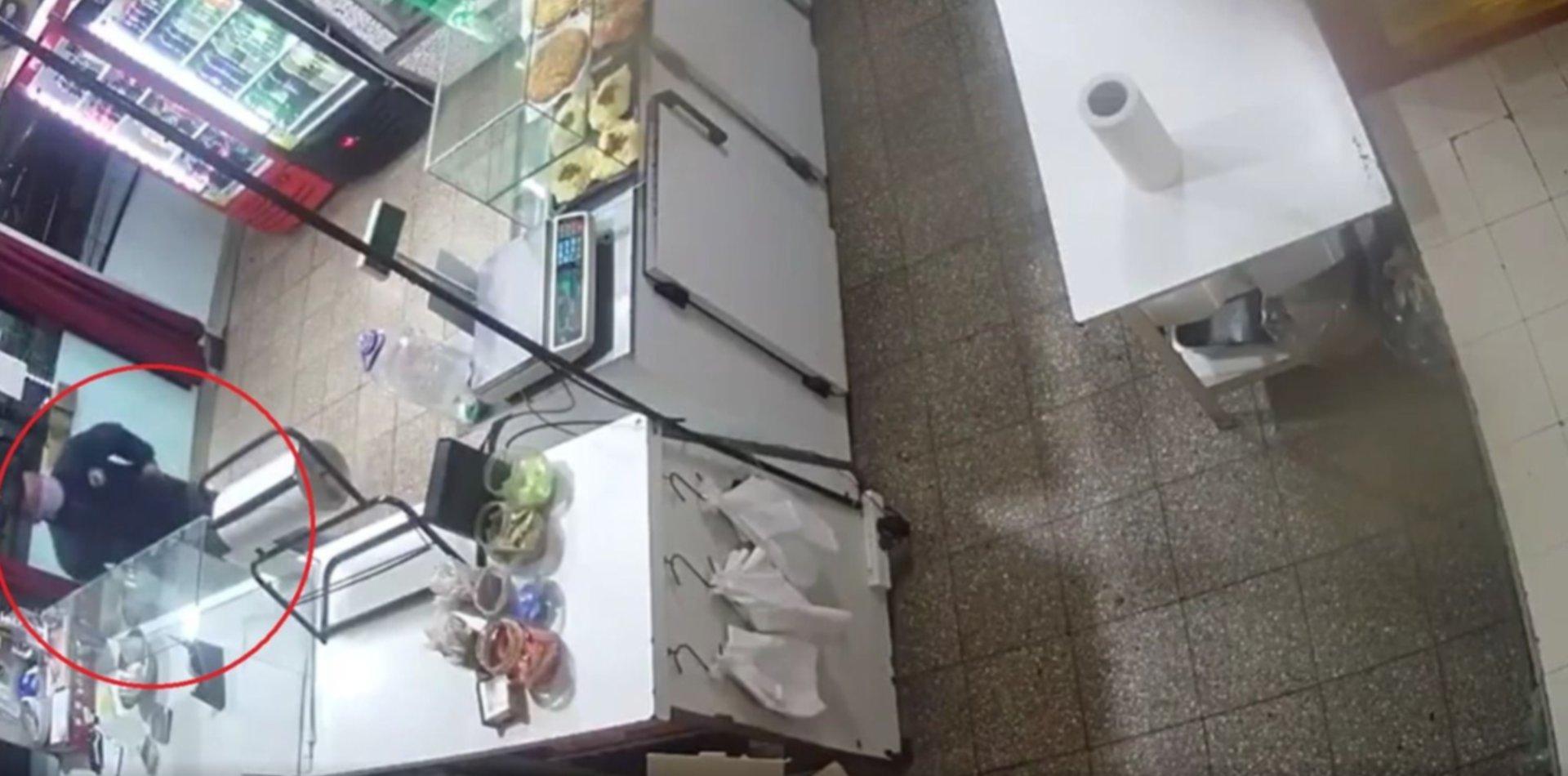 VIDEO: Robó en un comercio frente a una comisaría de La Plata y quedó filmado