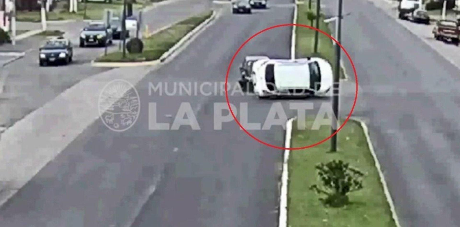 VIDEO: Insólito accidente en La Plata terminó con un auto volcado en plena calle