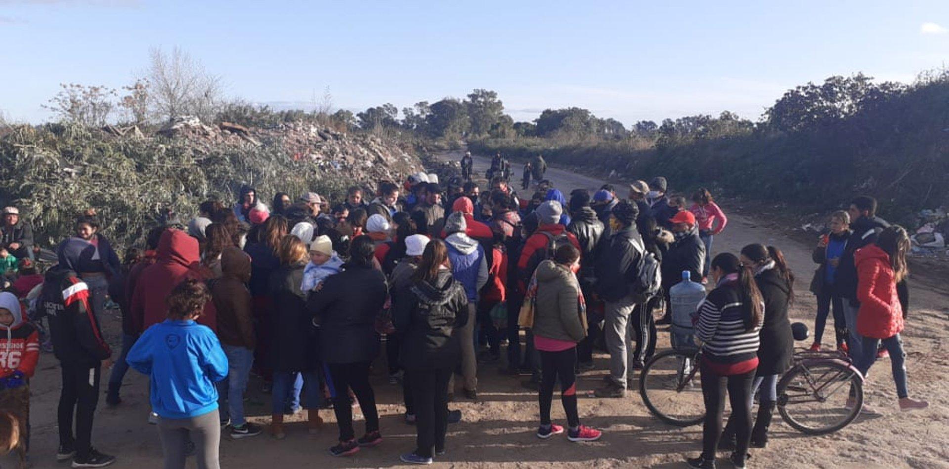 VIDEO: tensión en Villa Elvira por una toma de tierra y un intento de desalojo policial