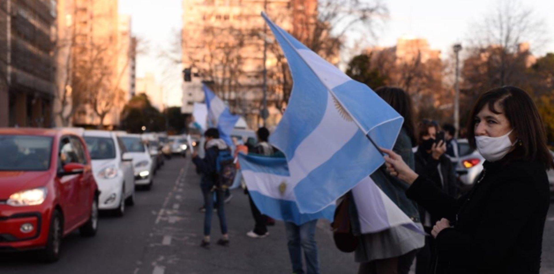 VIDEOS: Así se vivió el banderazo y la protesta contra el Gobierno Nacional en La Plata