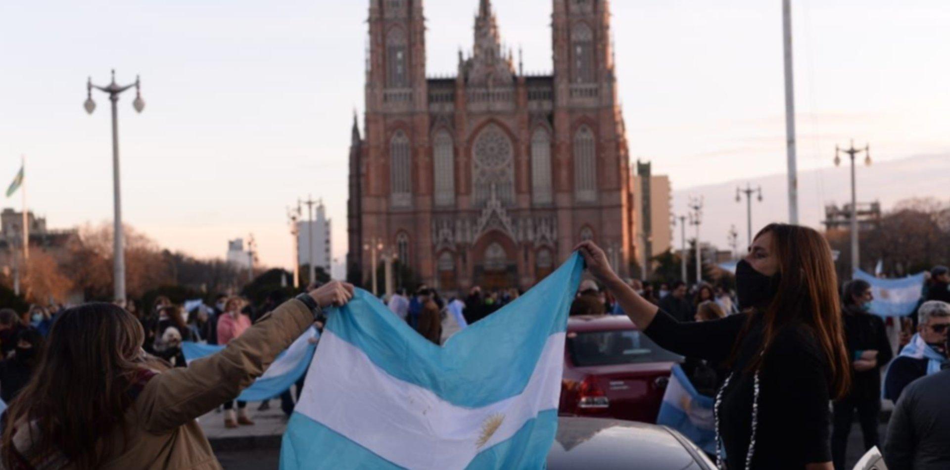 Protesta, marcha y bocinazo en La Plata contra el Gobierno Nacional en plena cuarentena