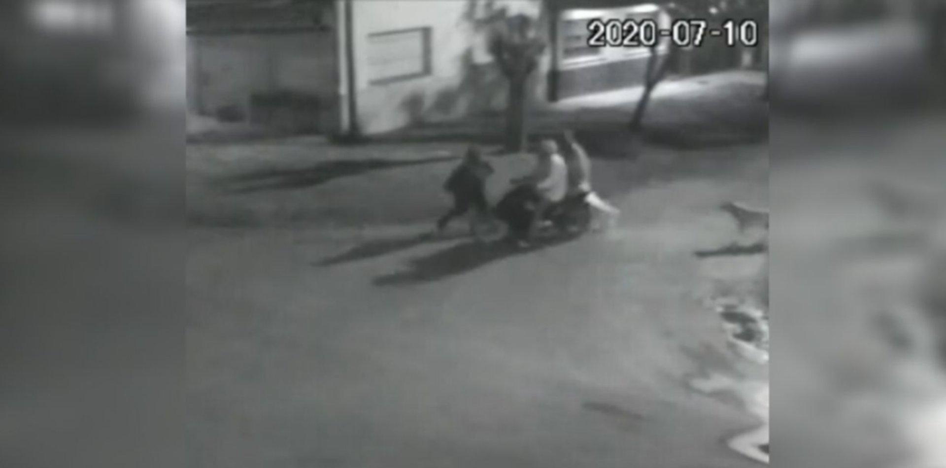 Brutal ataque y robo de dos motochorros a una mujer en La Plata