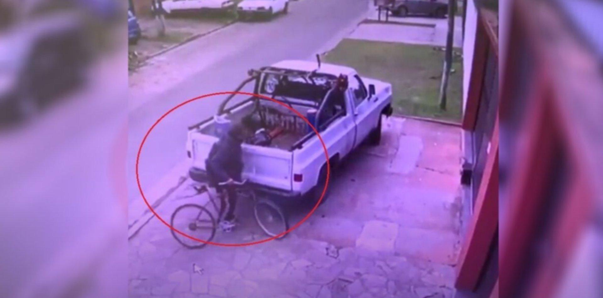 Iba en bicicleta, se frenó a robar y quedó filmado en las cámaras de seguridad