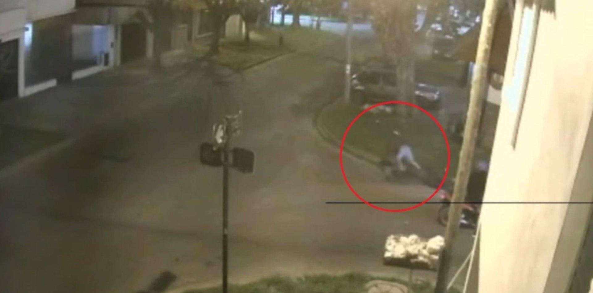 VIDEO: Motochorros atacaron a una ciclista en La Plata, le robaron y se dieron a la fuga