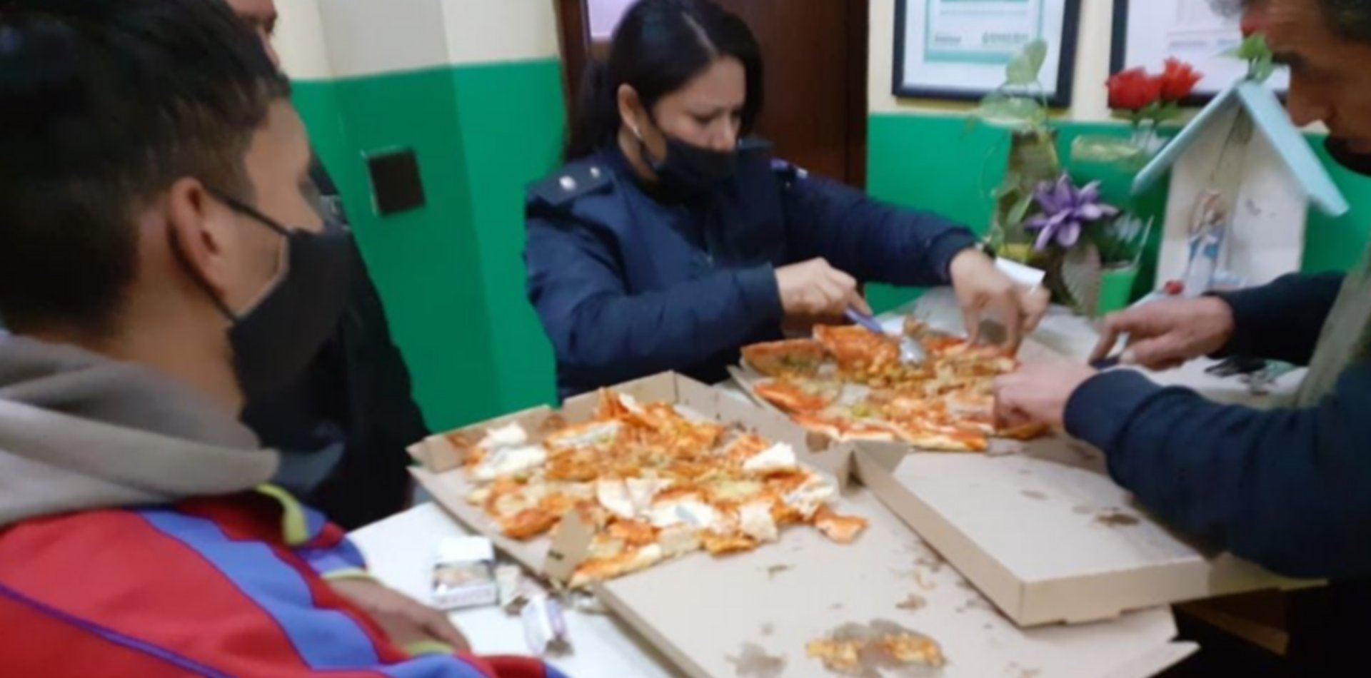 Le llevó dos pizzas con marihuana a un detenido de Ensenada y lo descubrieron