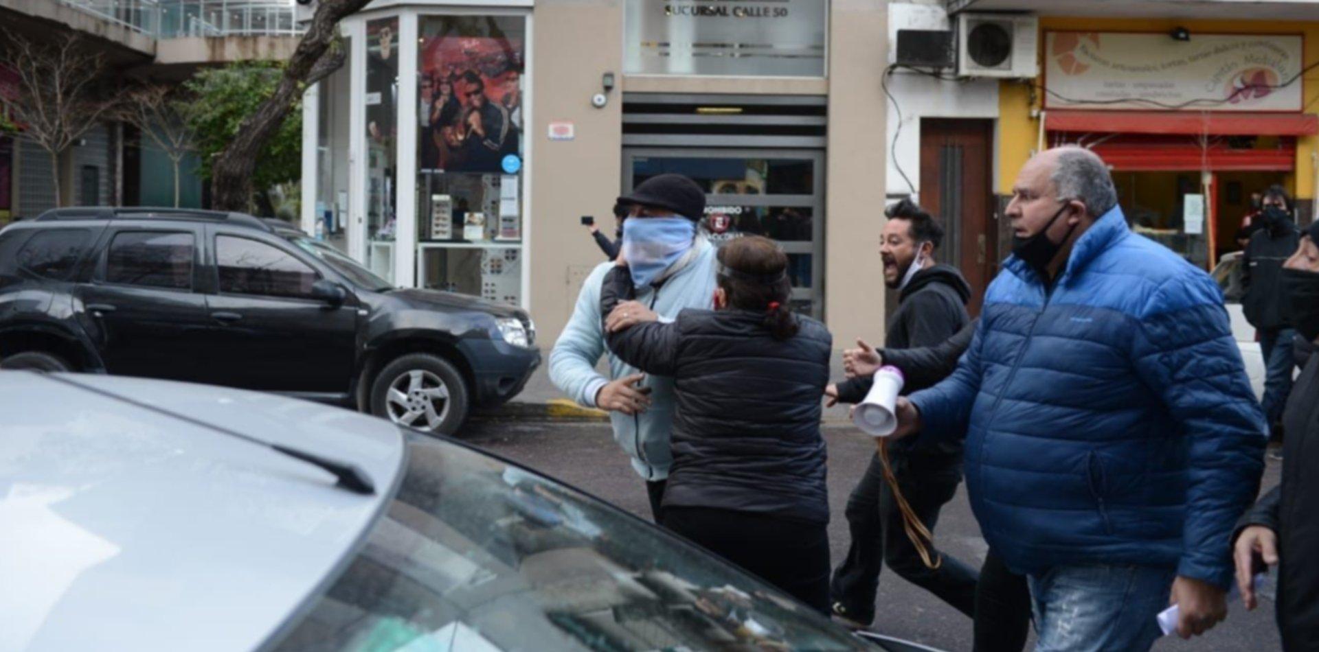 Tensión y forcejeos a la salida de la reunión entre las autoridades de IOMA y la AMP