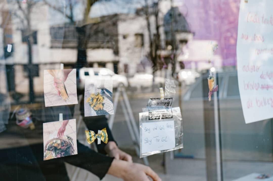 Reinvención en plena pandemia: así se vive el arte desde las veredas de La Plata