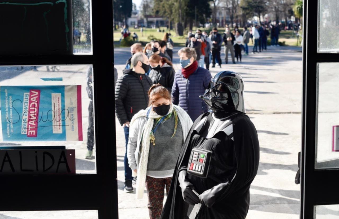 La historia y el mensaje detrás del hombre que se vacunó disfrazado de Darth Vader