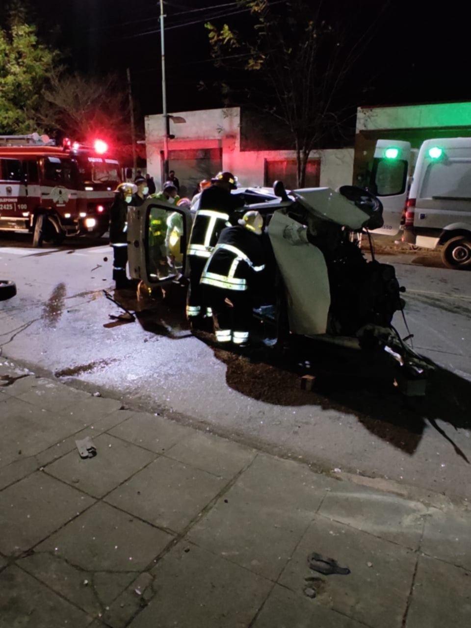 Impactante choque y vuelco en Berisso: un hombre está grave