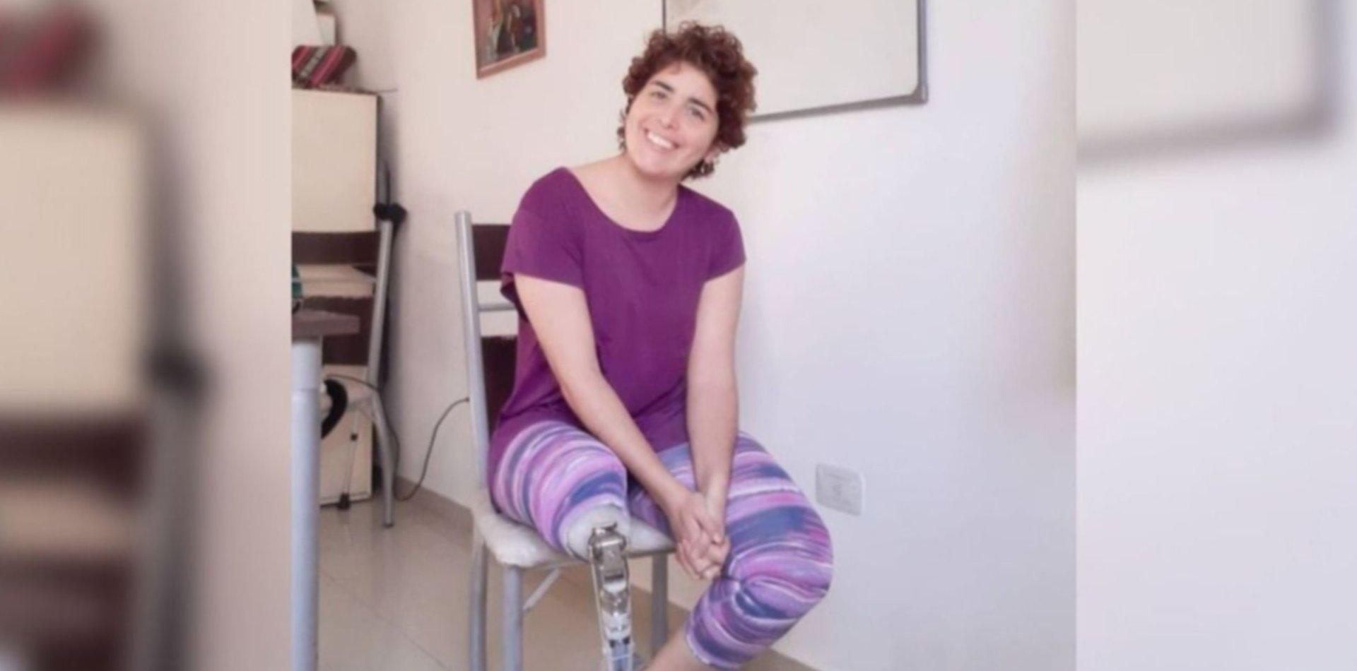 Perdió una pierna, su prepaga no le cubre la prótesis y vende rifas para pagar el juicio