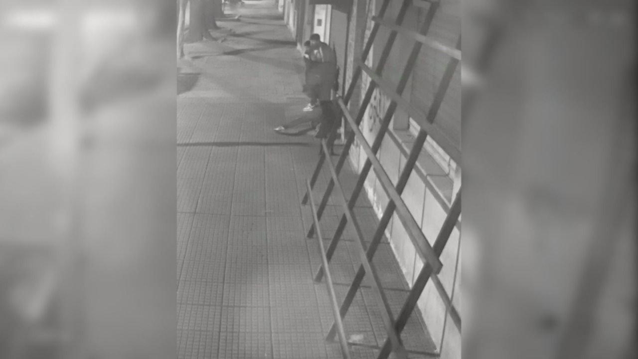 VIDEO: Así forzaron la persiana para saquear una barbería en El Mondongo