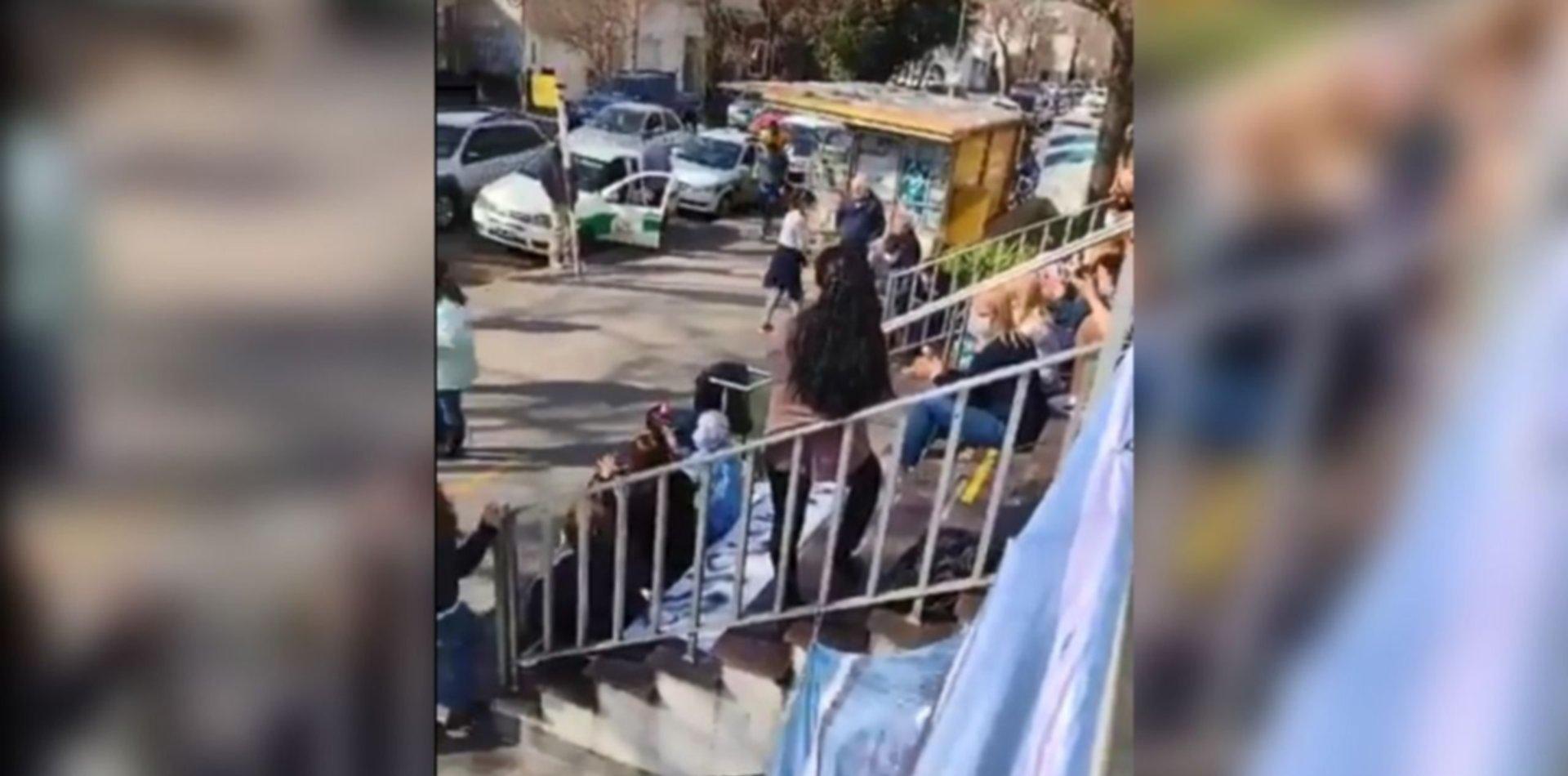 VIDEO: Pusieron música frente a un hospital de La Plata y un vecino explotó de bronca