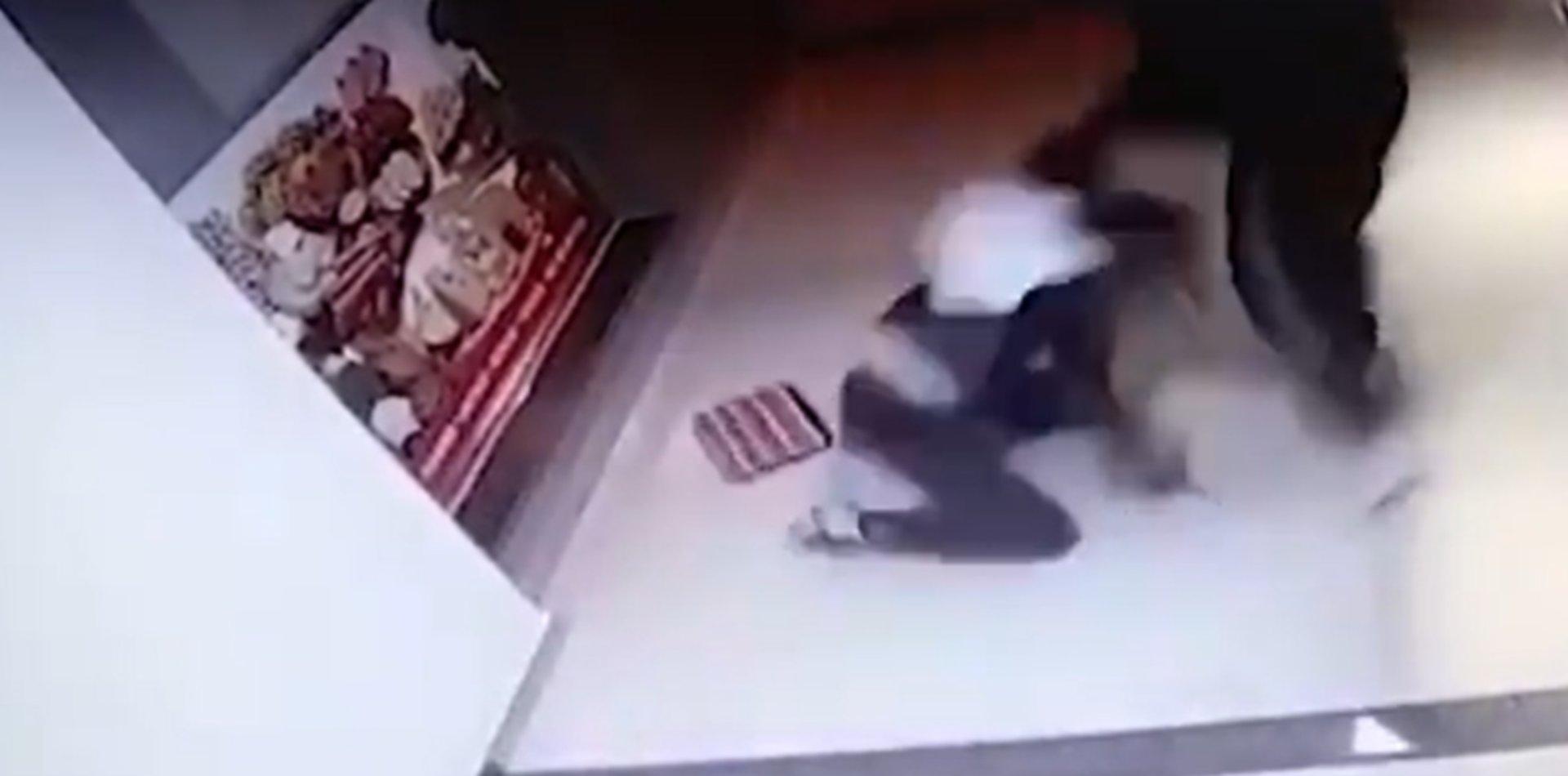 VIDEO: La sorprendieron cuando llegaba a su casa y la arrastraron para robarle