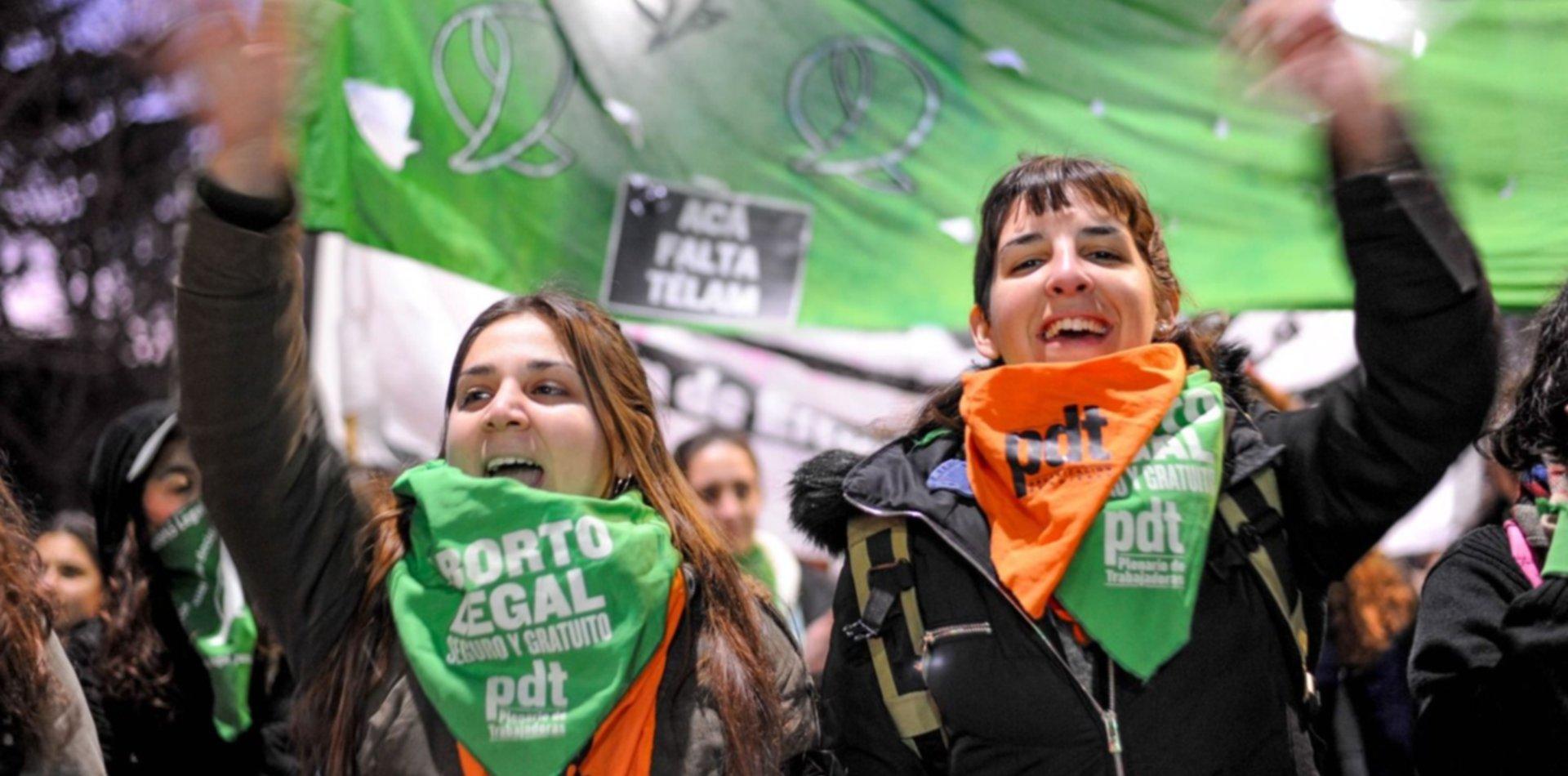 """Así fue el ataque """"provida"""" a una chica con un pañuelo verde en pleno centro de La Plata"""