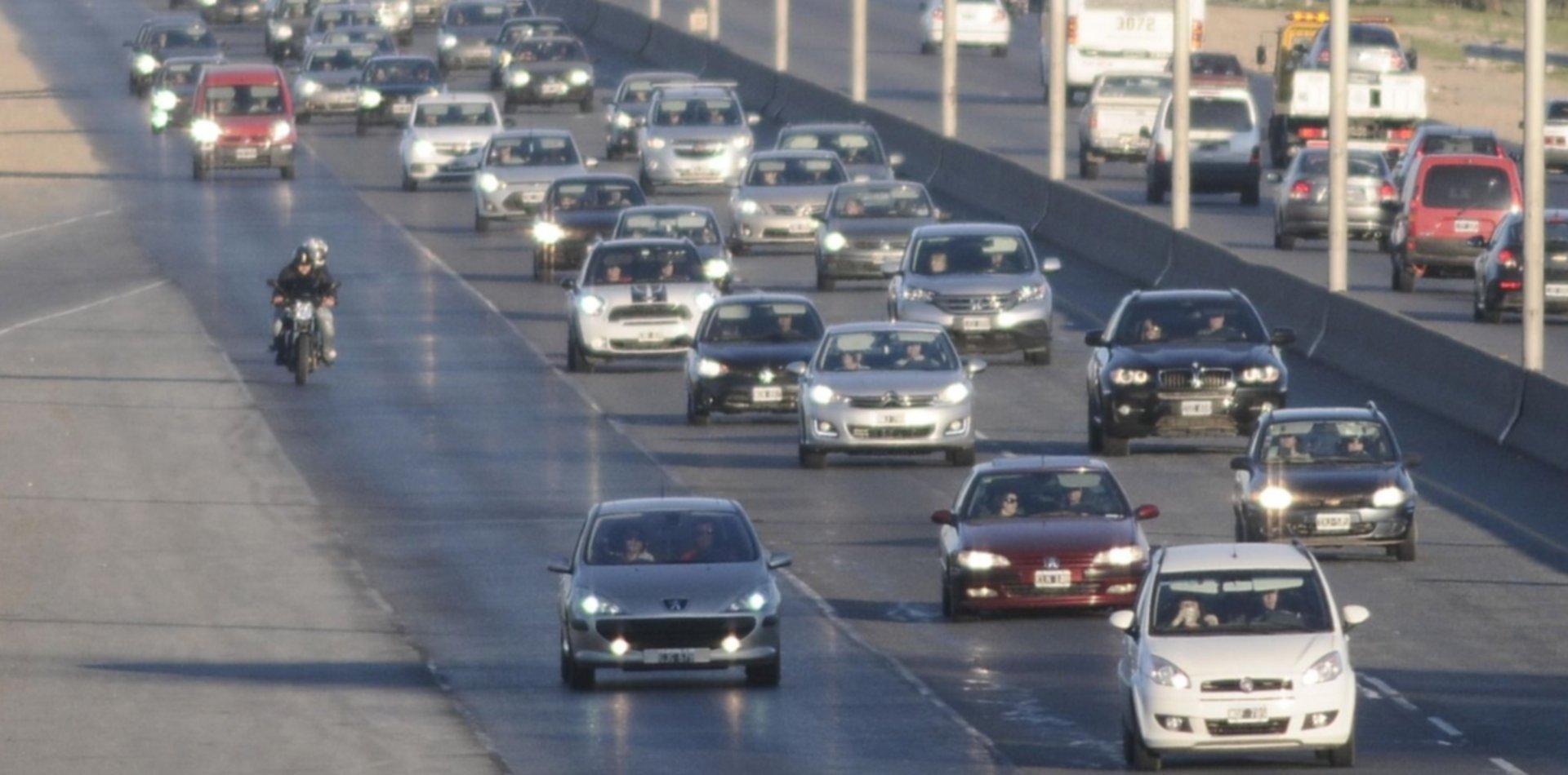 Un policía murió atropellado al intentar correr una cubierta reventada en la Autopista La Plata-Buenos Aires