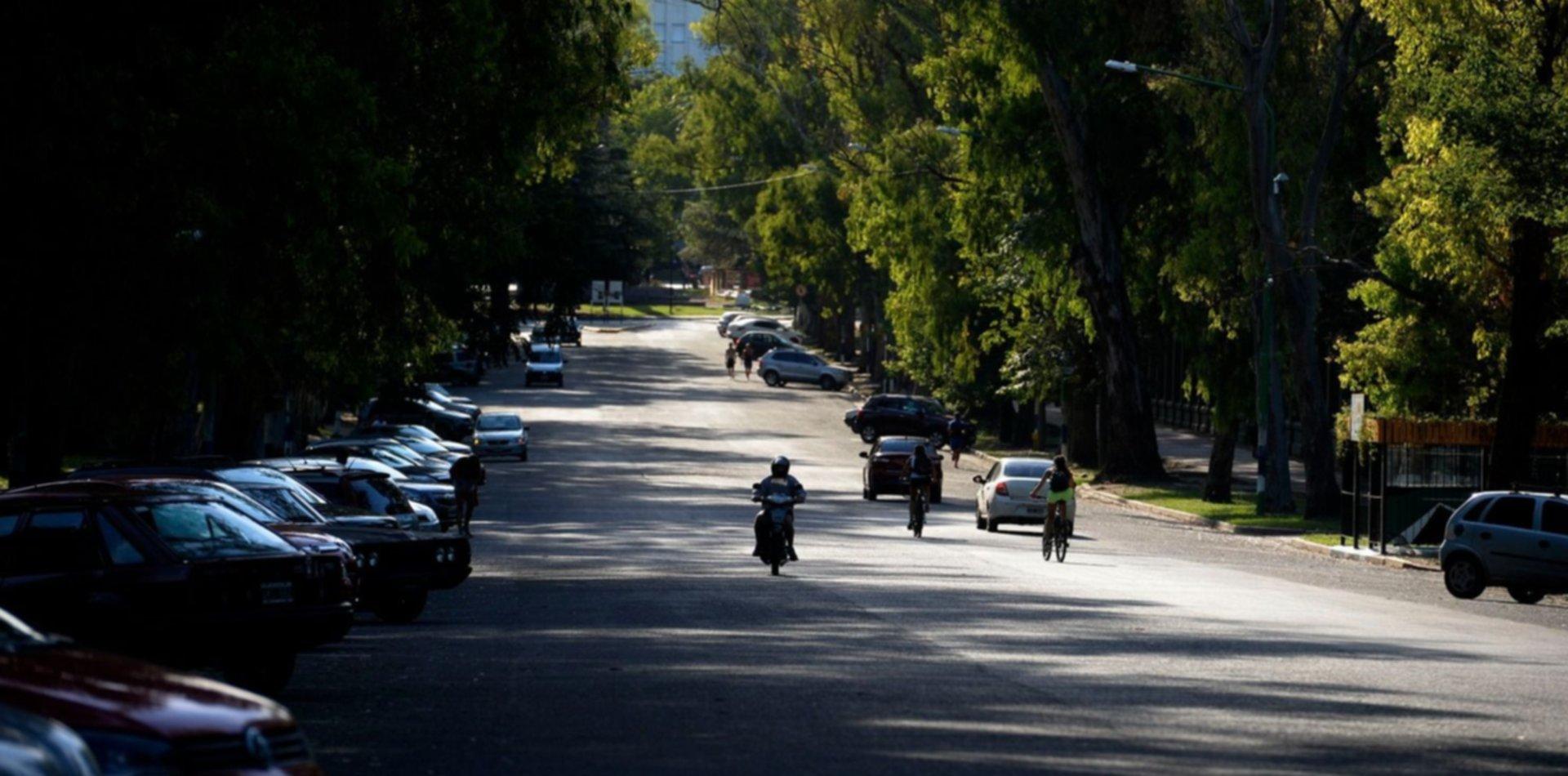 Brutal asalto a un policía en La Plata: lo golpearon para robarle el arma y 13 mil pesos
