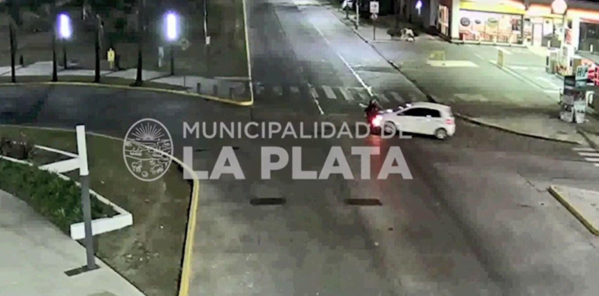 VIDEO: Iba en moto, dobló mal en la rotonda de 7 y 32 y fue atropellado por un auto