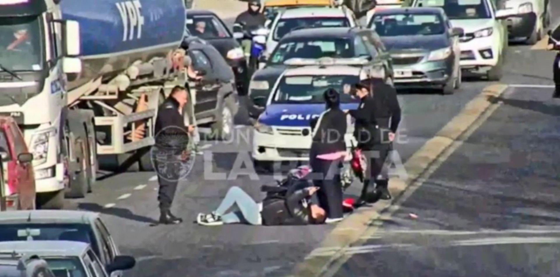 VIDEO: Una esquina y dos graves choques que terminaron con motociclistas heridos