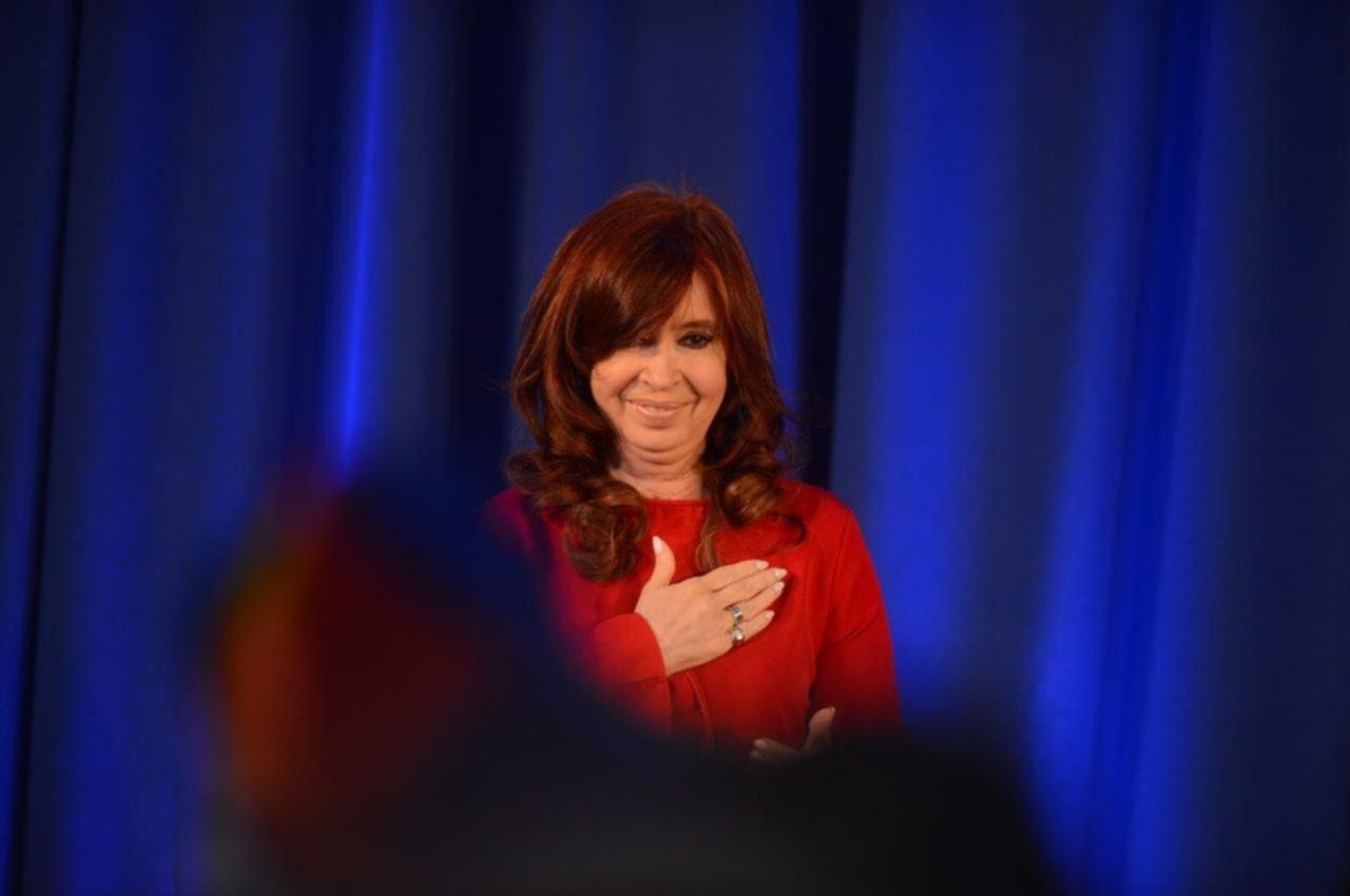 """Cristina presentó su libro """"Sinceramente"""" ante una multitud reunida en La Plata"""