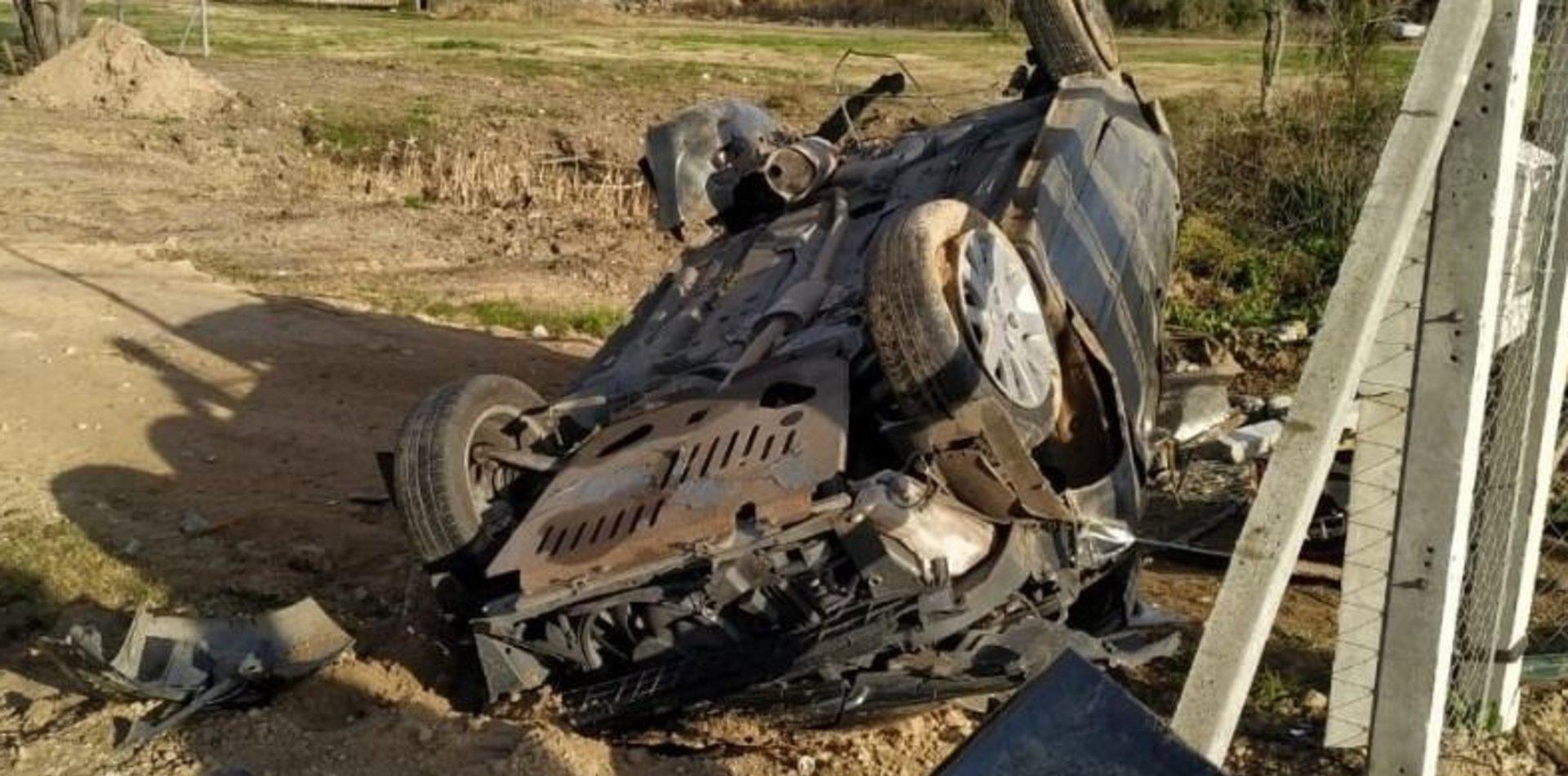 Choque y milagro en Berisso: un auto perdió el control, volcó y tiró varios postes de luz