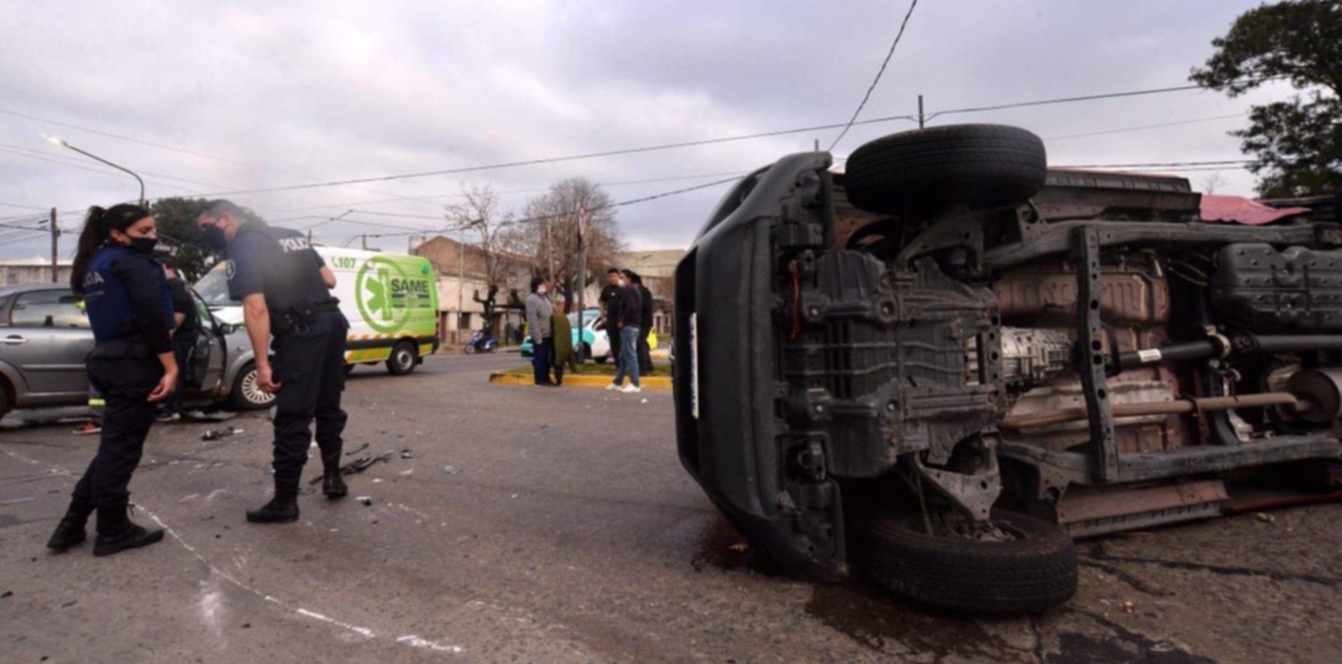 Impactante accidente de tránsito con vuelco incluido en La Plata