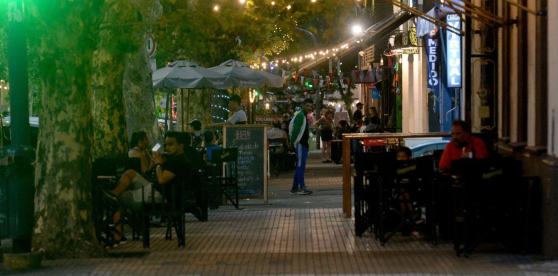 Bares y restaurantes de La Plata reabrirán en las veredas a partir de la fase 4