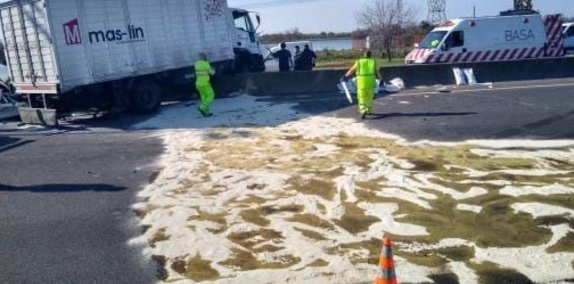 Un camión chocó y terminó encima del separador de la Autopista La Plata-Buenos Aires